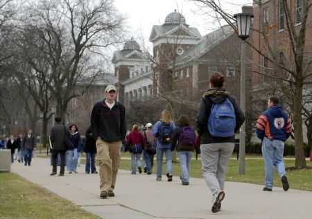 Thursday February 15, 2001. Students make their way to classes on a cold winter afternoon in the quad area of the University of Illinois in Champaign Urbana. Tribune photo by Nuccio DiNuzzo (University of Illinois, Champaign, Students, Campus, Enrollment, Waiting, List, U of I)